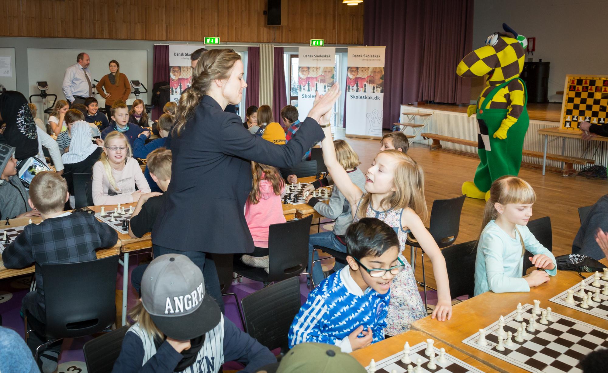 Ellen Tran Nørby deler high-fives ud til vinderne